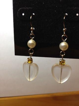 Conecte el cuelgue corazón a la parte inferior de la perla. Tome nota del ángulo de la eyepin, montee y el corazón.