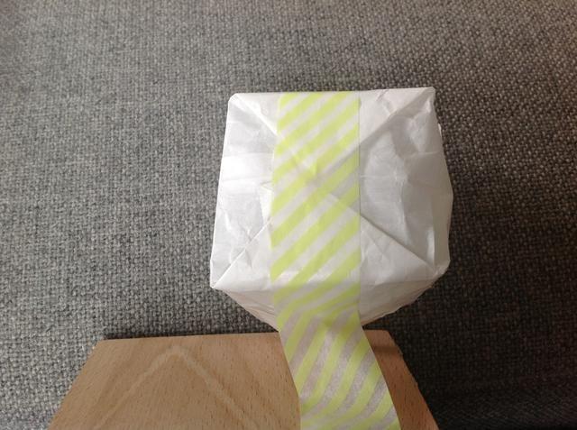 Ponga cinta adhesiva en los triángulos
