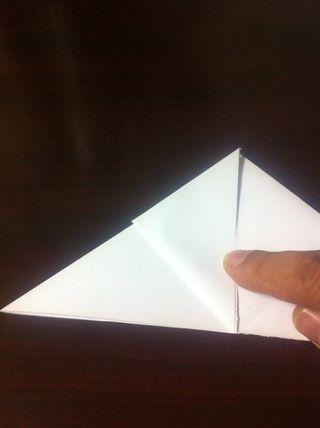 Dobla una esquina hacia la punta centro y el pliegue duro. Repita en el otro lado. Tenga cuidado sólo para doblar la mitad superior.