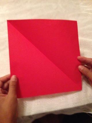 Abra el papel y usted debe tener un papel cuadrado.