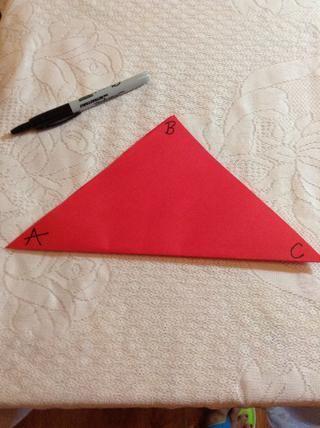 De izquierda a derecha, etiquetar los vértices del triángulo A, B, C.