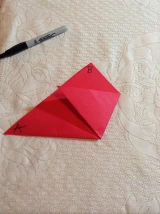 Doblar el punto C hasta el borde de AB de forma que el borde superior de la tapa está paralelo a la base del triángulo original. Usted debe ver tres triángulos.