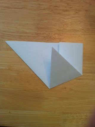 Dobla el punto inferior hasta el borde medio de la parte superior.
