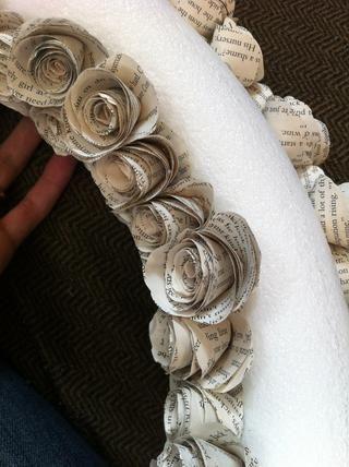 Pegamento caliente las rosas a la corona forman agradables y apretados por lo que no muestra en blanco entre las rosas.