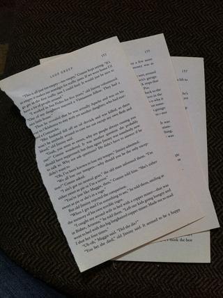 Arranca tres páginas de un libro.