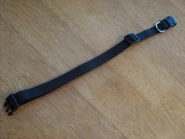 Yo uso un collar de $ 5 barata de una tienda por departamentos regular. Consiga uno que se adapte a su perro a la perfección. Voy a utilizar el de la cobra de la armadura de los pasos anteriores, pero esta vez me'll weave around the collar.