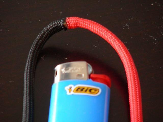 Ambos cables se han fusionado y se enfría. Una vez más - ¡cuidado! Paracord derretido te quemaremos a ti! (Nota: como una opción que podría seguir con un color espinal y evitar este paso)