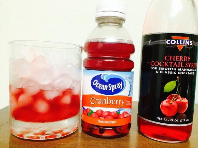 A continuación, dejar que's add 1 oz of Cranberry Juice and 1/2 oz Grenadine into the Rocks Glass.