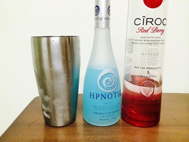 Establezca eso de lado y añadir 1 y 1/2 oz Hpnotiq y 1 oz Ciroc Red Berry en el Shaker / colador. Tapar y agitar para arriba !!!