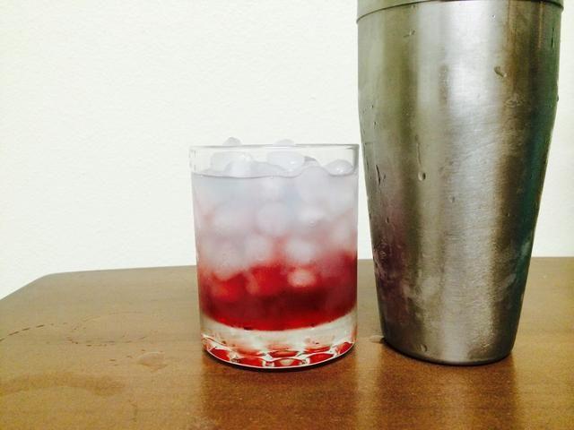 A continuación, se vierte el contenido de la coctelera / colador en las rocas de cristal. Debe ser un color azul Lite.