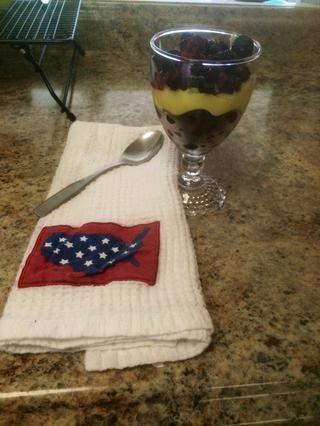 Yogur Capa o pudín luego bayas. Continúe con este patrón. Servir en un vaso lindo y disfrutar.