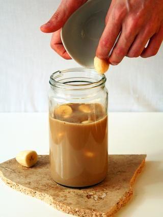 Añadir los trozos de plátanos congelados picadas.