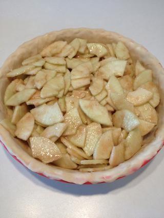 Difundir las manzanas uniformemente en la masa para pastel.
