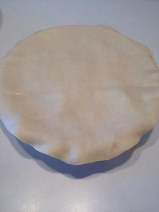 Coloque segunda corteza de pastel suavemente sobre el pastel.