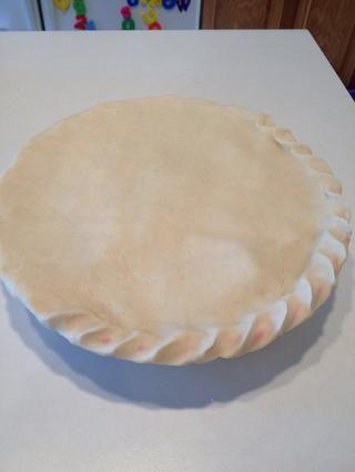 Usted puede diseñar sus bordes como quieras. Me gusta hacer un diseño de la cuerda para mis pasteles de manzana empujando la masa entre dos dedos en diagonal.
