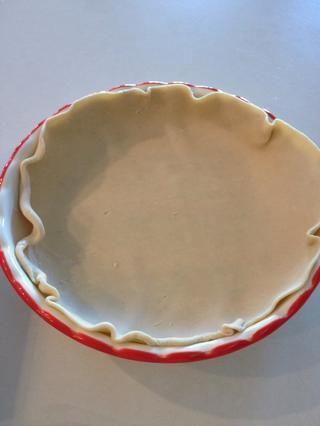 Coloque una costra en un molde de tarta tradicional. La mía ha bordes biselados, pero's OK if yours is flat.