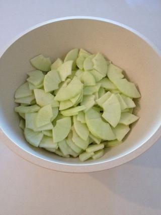 Me gusta cortarme las rodajas en cuartos. Espolvorear con un par de chorros de jugo de limón, mezclar y colocar en el refrigerador.