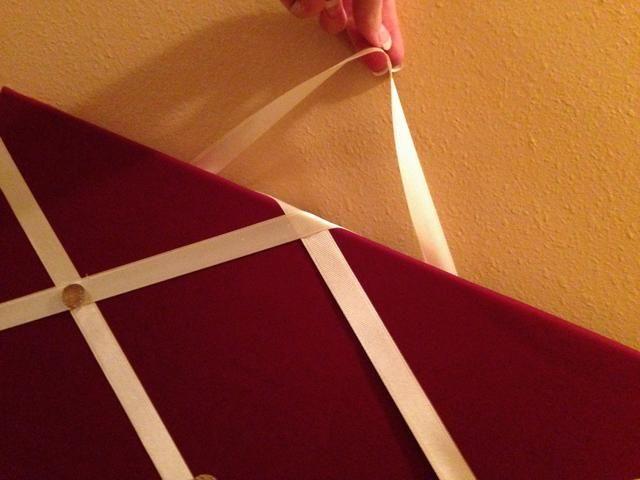 Para las decoraciones adicionales, colocar otro trozo de cinta en la parte posterior, asegurándose de lo suficiente para colgar de la pared! Esto sólo da su tablero foto un poco más