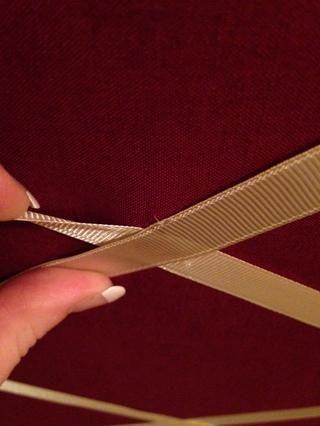 A continuación, pegamento caliente en el que la cinta se cruzan entre sí a la tela, y luego caliente pegar cada uno de los trozos de cinta de juntas.