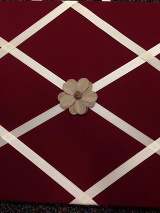 El uso de un accesorio de su elección, (yo usé flores de repuestos de Hobby Lobby!) Pegamento caliente en el centro mismo de su tablero de fotos!