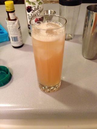Vierta todo, cubitos de hielo y espumosa bondad rusa Rosa, en un vaso alto.