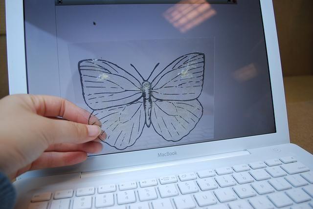 Coloca el molde en frente de la pantalla del ordenador.