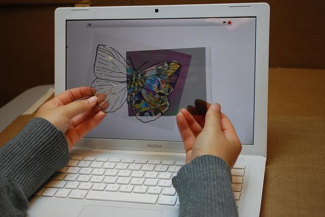 Cuando usted comienza a girar el papel polarizador, podrás ver los colores de cambio de cinta.