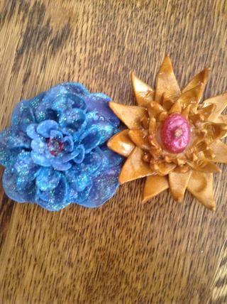 Aquí están mis flores! A la derecha hice triángulos y una piedra pintada en el medio!