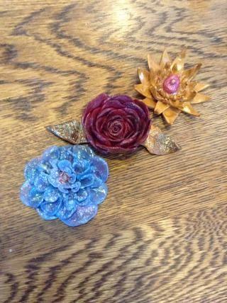Aquí hice una rosa y añadí hojas de oro & # 10- (Cuando me superpuesta puse el pétalo al lado de él en lugar de detrás de ella) También usé semicírculos de pétalos