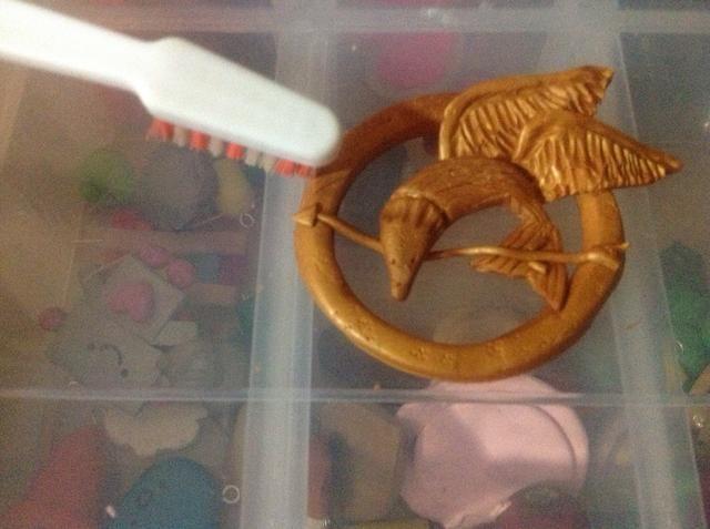 Repita lo mismo para la segunda ala y colocarlo en el ave, usando un cepillo de dientes añadir algo de textura