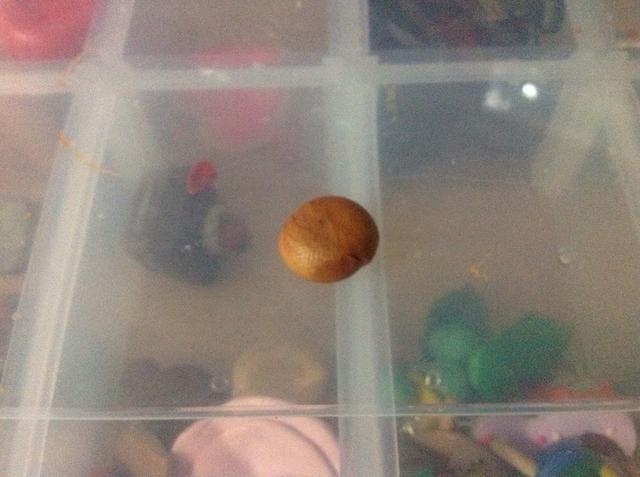 El uso de algunos de la arcilla de oro sobrante hacer una bola más pequeña.