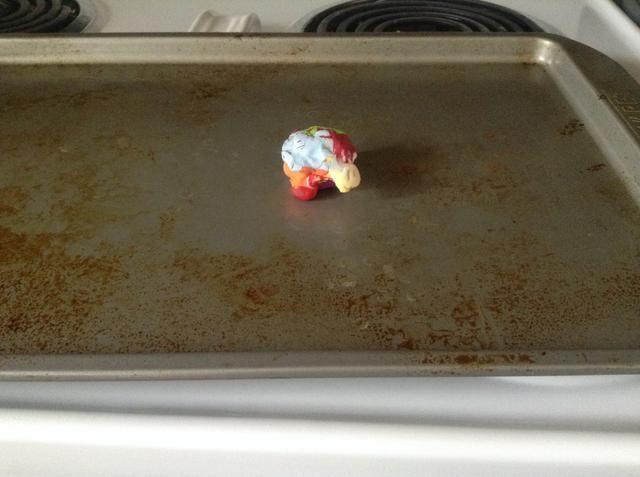 Use una toalla para tomar su tortuga fuera del horno y esperar a que se enfríe.
