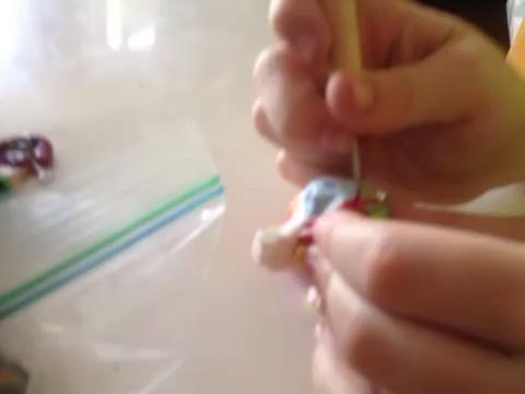 Utilice la misma herramienta para dibujar diseños en la cáscara.