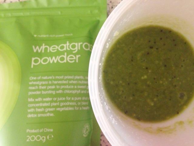 Agregue el polvo de pasto de trigo y mezcla!