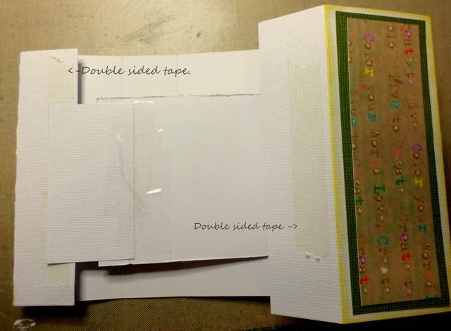 Da la vuelta al papel de tarjetas con la marca colocada sobre. Añadir cinta de doble cara a los bordes interior exterior de las últimas secciones de papel de tarjetas en ambos extremos.