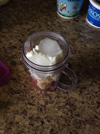 Añadir 3 cubos de hielo. Use más si utilizó fresas frescas.