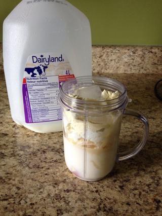 Vierta la leche hasta que se llena la mitad de la copa.