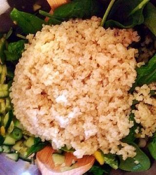 Agregue el bulgur (o quinoa) cocidos y enjuagados.