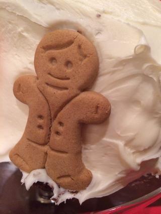 Añadir galletas de jengibre a los lados de la torta, 2 en cada lado.