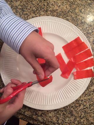 Cortar restante paquetes acumulativos de frutas en 2-3 tiras pulgadas.