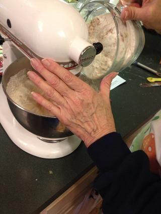 Añadir la mezcla de harina, batir a velocidad baja hasta que se mezclen.