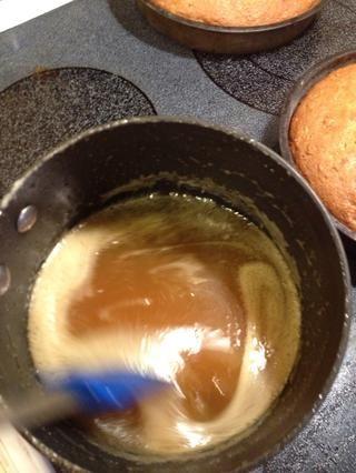 Hervir 4 minutos, revuelva constantemente hasta que el glaseado es una de oro. Retire del fuego y agregue 1 cucharadita de vainilla. Dejar enfriar un poco.