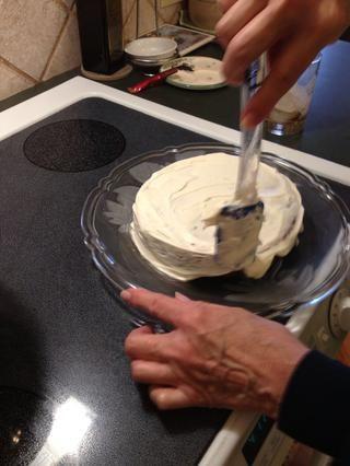 Spread queso crema glaseado entre las capas, en la parte superior y los lados del pastel. Torta Chill varias horas antes de rebanar. Guarde en el refrigerador.