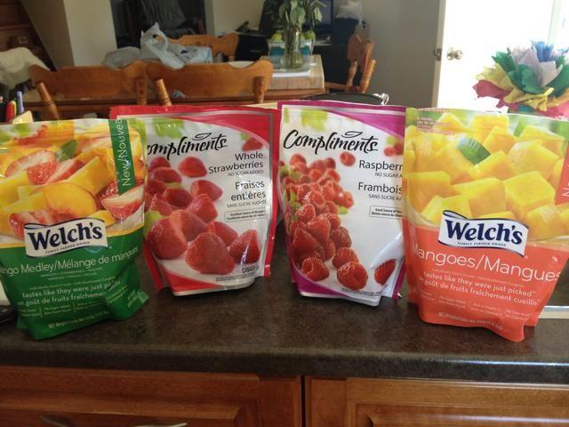 Coge la fruta congelada que usted eligió. Añadí mango, melocotón, fresa y frambuesas. Don't add all at once.