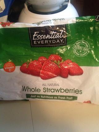 La fruta fresca o congelada va pasado. Si utiliza fruta fresca, se deben agregar los cubos de hielo para mantener la bebida fría.