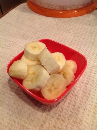 Slice 1 madura, plátano de tamaño mediano y agregar a la licuadora.
