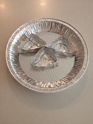 Coloque cada triángulo lámina en el molde para pay.