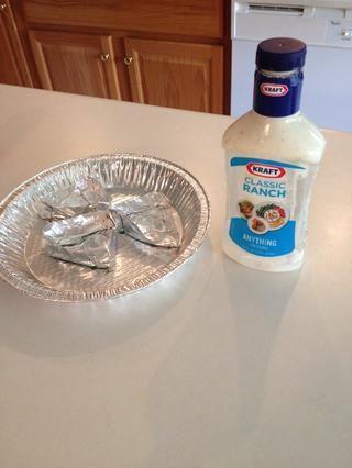 Rellene triángulos con aderezo ranch o hacer su propia salsa usando un paquete de condimento rancho y crema agria.