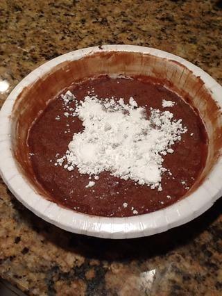 Ahora, para un paso opcional añadir un poco de azúcar en polvo en su pastel.