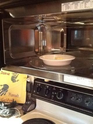 Microondas tus 2 cucharadas de mantequilla hasta que se derrita. Para mí, este proceso tomó unos 40 segundos.